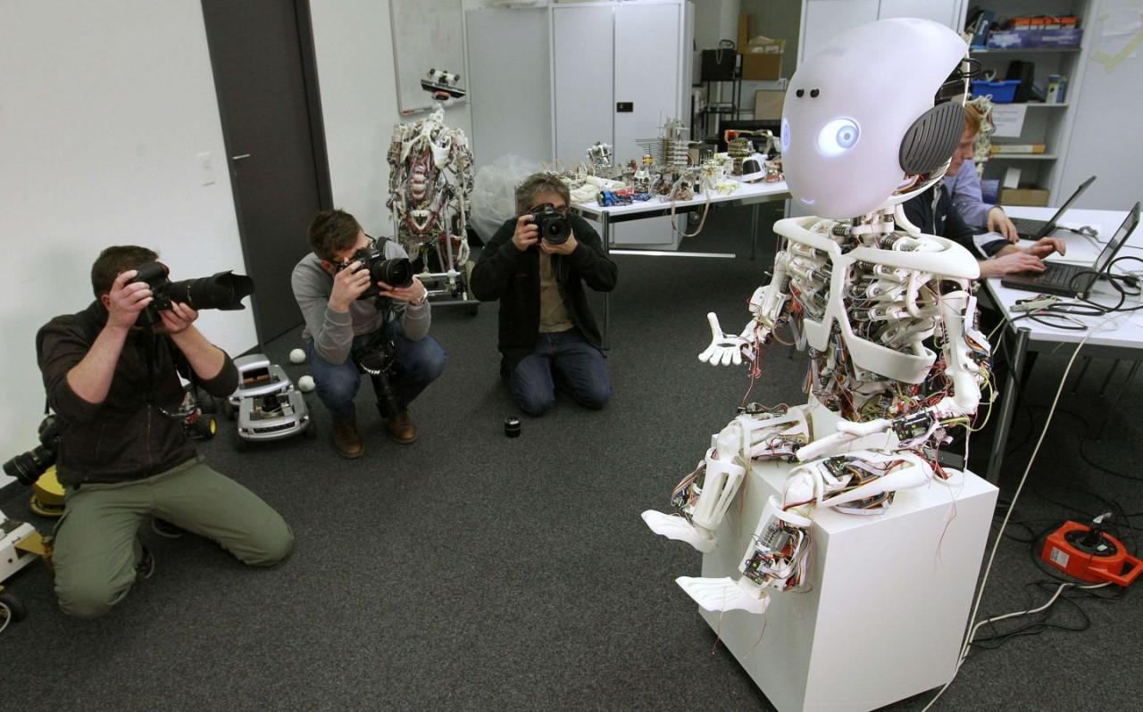 перебрасывает фото роботов лаб покупки внимания, вероятно