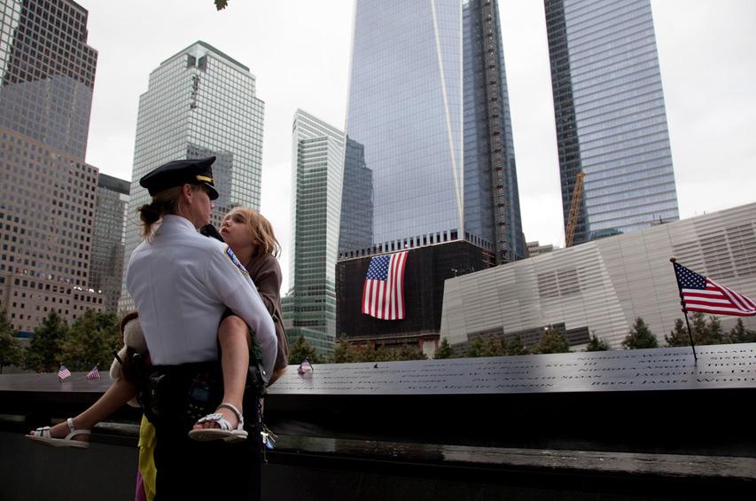 11 сентября года два угнанных террористами самолёта врезались в башни-близнецы всемирного торгового центра в нью-йорке, в результате чего небоскрёбы загорелись и обрушились.
