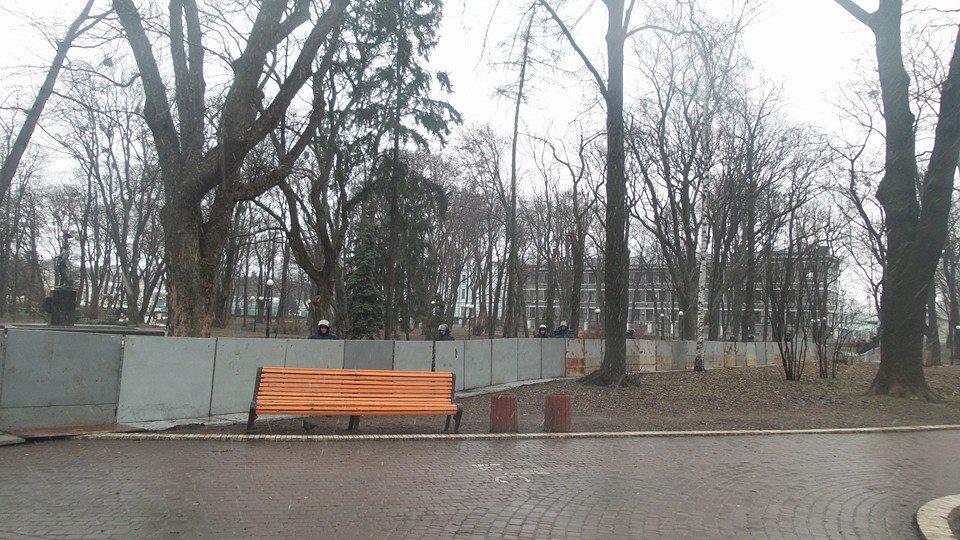 Маринский перекрыли железным забором -фото