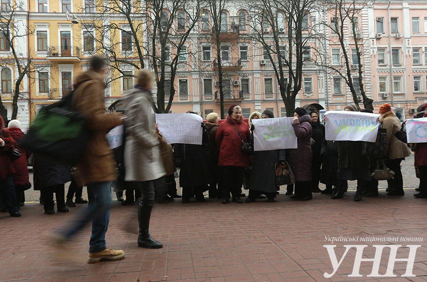 Матери устроили акцию под СБУ с просьбой защитить детей во время акций (фото, видео)