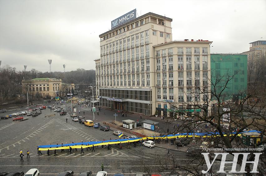 По центру Киева пронесли 30-метровый флаг Украины