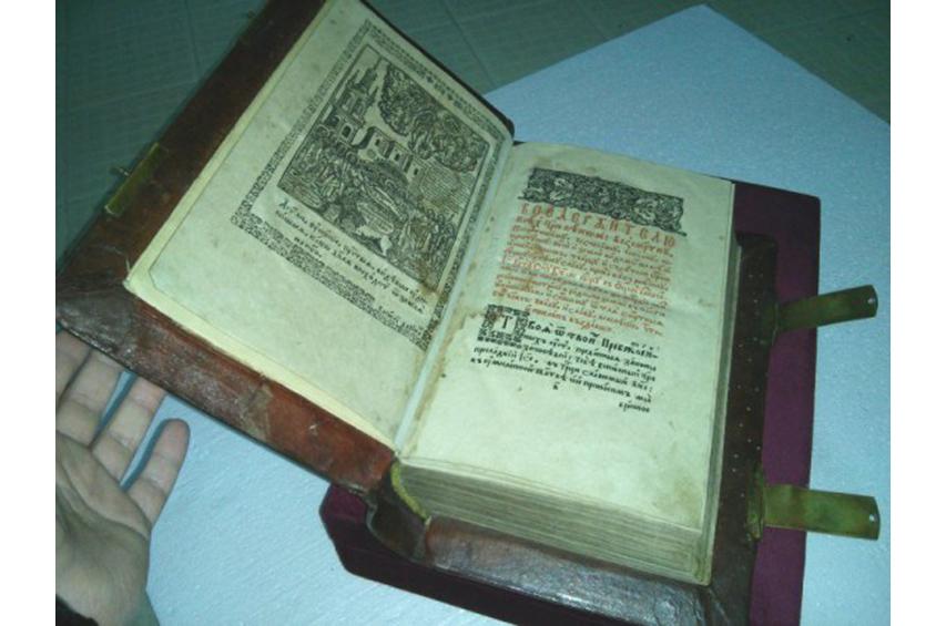 В Межигорье обнаружили хранилище ценных раритетных книг - фото 1