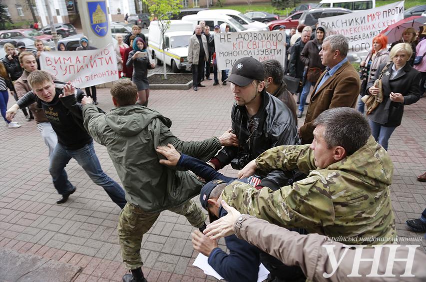 Біля Шевченківської РДА Києва на мітингу побилися прихильники та противники МАФів - фото 14