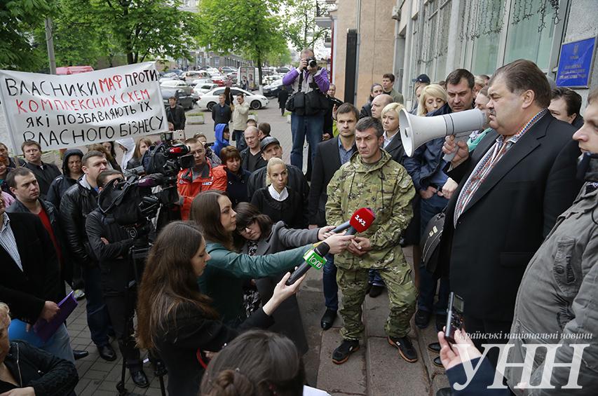 Біля Шевченківської РДА Києва на мітингу побилися прихильники та противники МАФів - фото 39