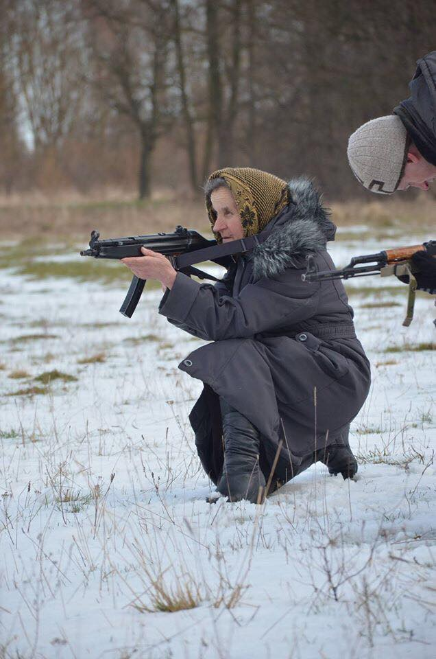 На Львівщині бабуся навчається військовій справі - фото 4