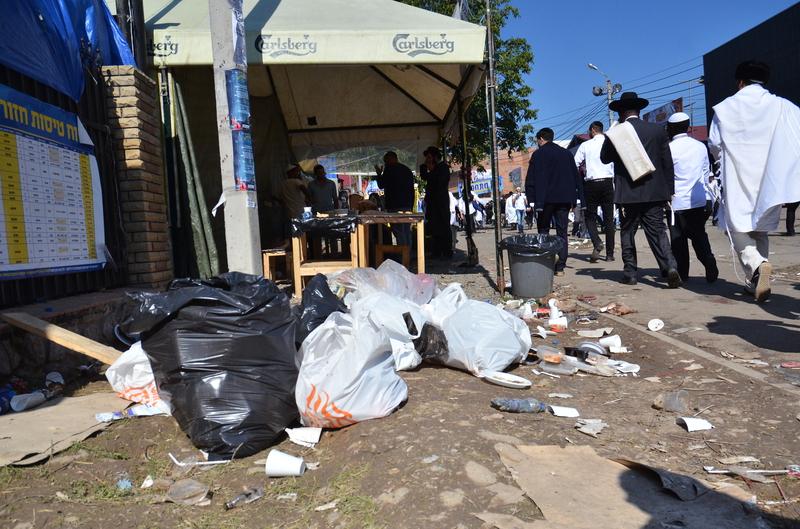 Умань приймає паломників: двірники не встигають прибирати сміття - фото 8