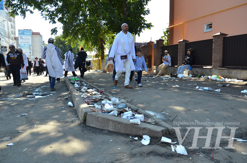 Умань приймає паломників: двірники не встигають прибирати сміття - фото 7