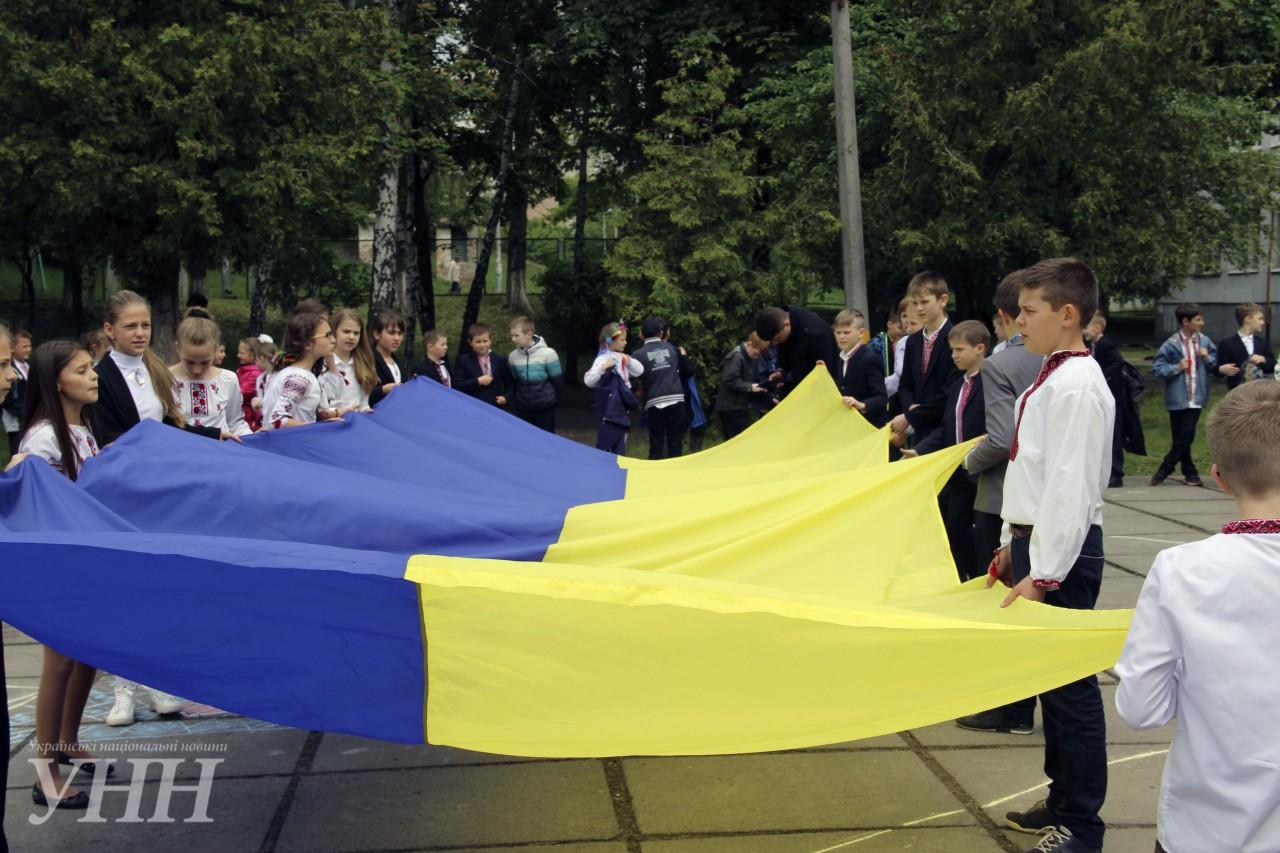 Найбільшу мапу України з вишиванок утворили у Києві – новини на УНН ... f6114cf6753b9