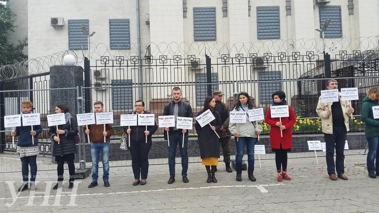 ВКиеве под посольствомРФ митинговали вподдержку пропавших иубитых крымчан