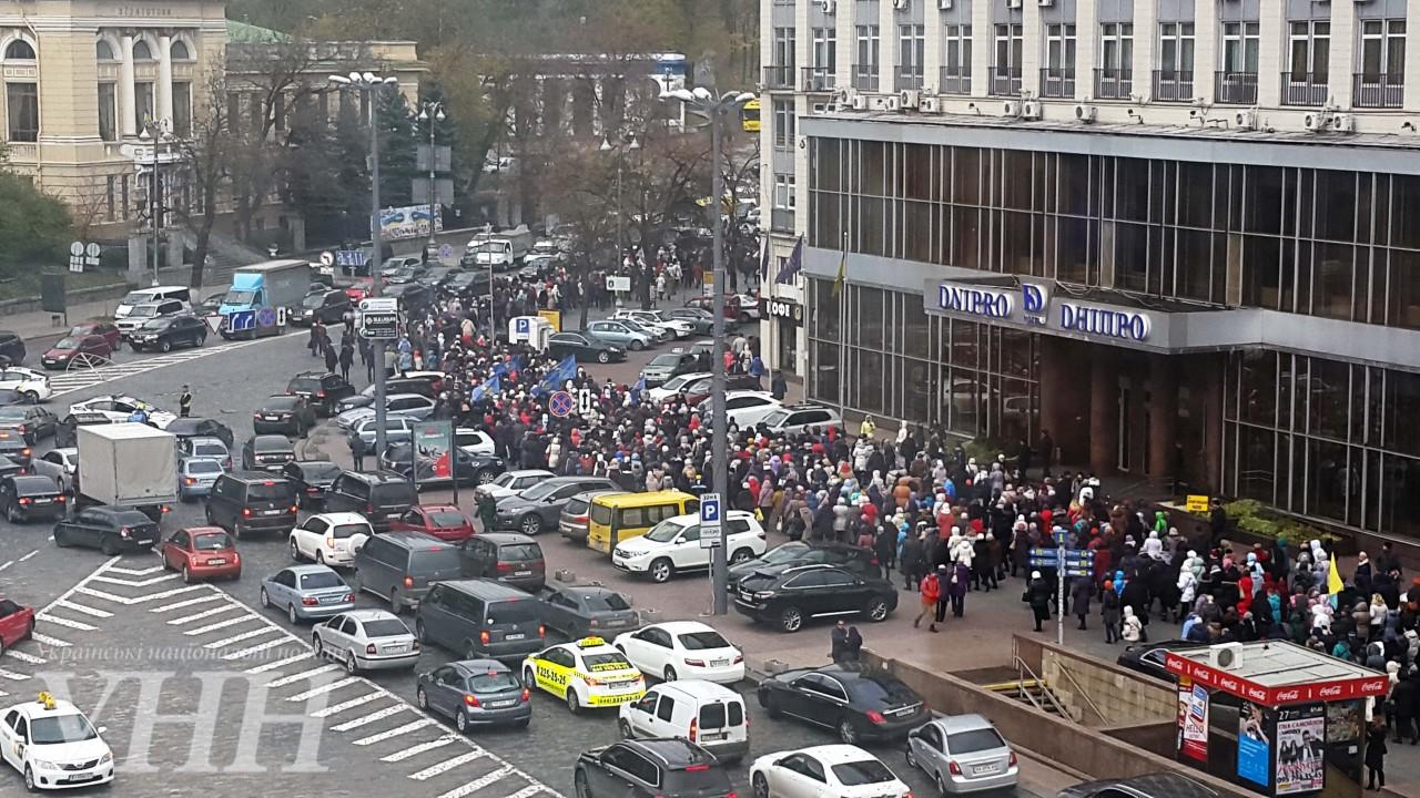 Кілька тисяч активістів рушили колоною до Кабміну - фото 7