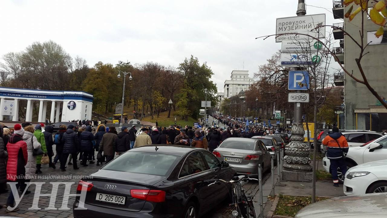Кілька тисяч активістів рушили колоною до Кабміну - фото 4
