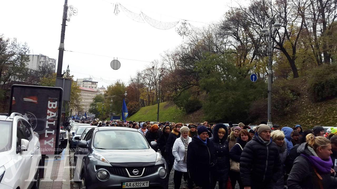 Кілька тисяч активістів рушили колоною до Кабміну - фото 2