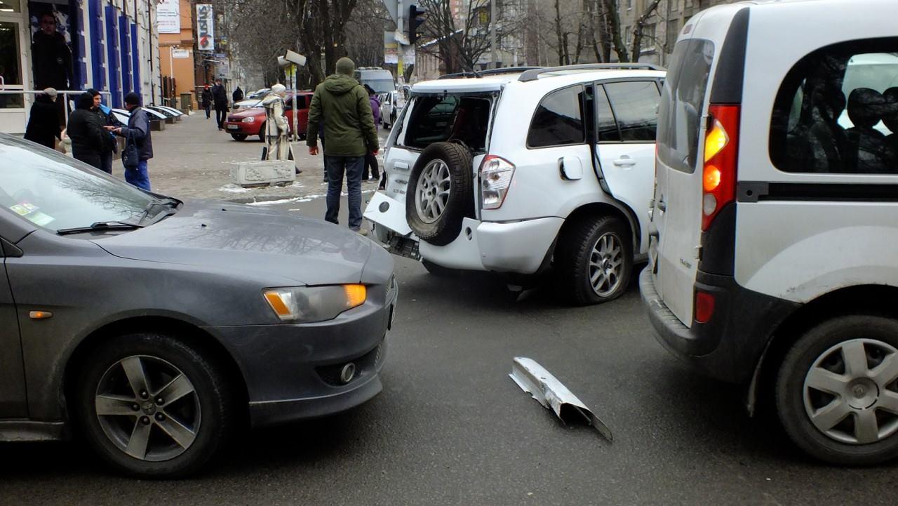 Вцентре Днепра трактор без тормозов протаранил 10 машин