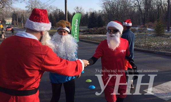 Торжественный марафон вКиеве: сотни Санта Клаусов пробежали поцентру города