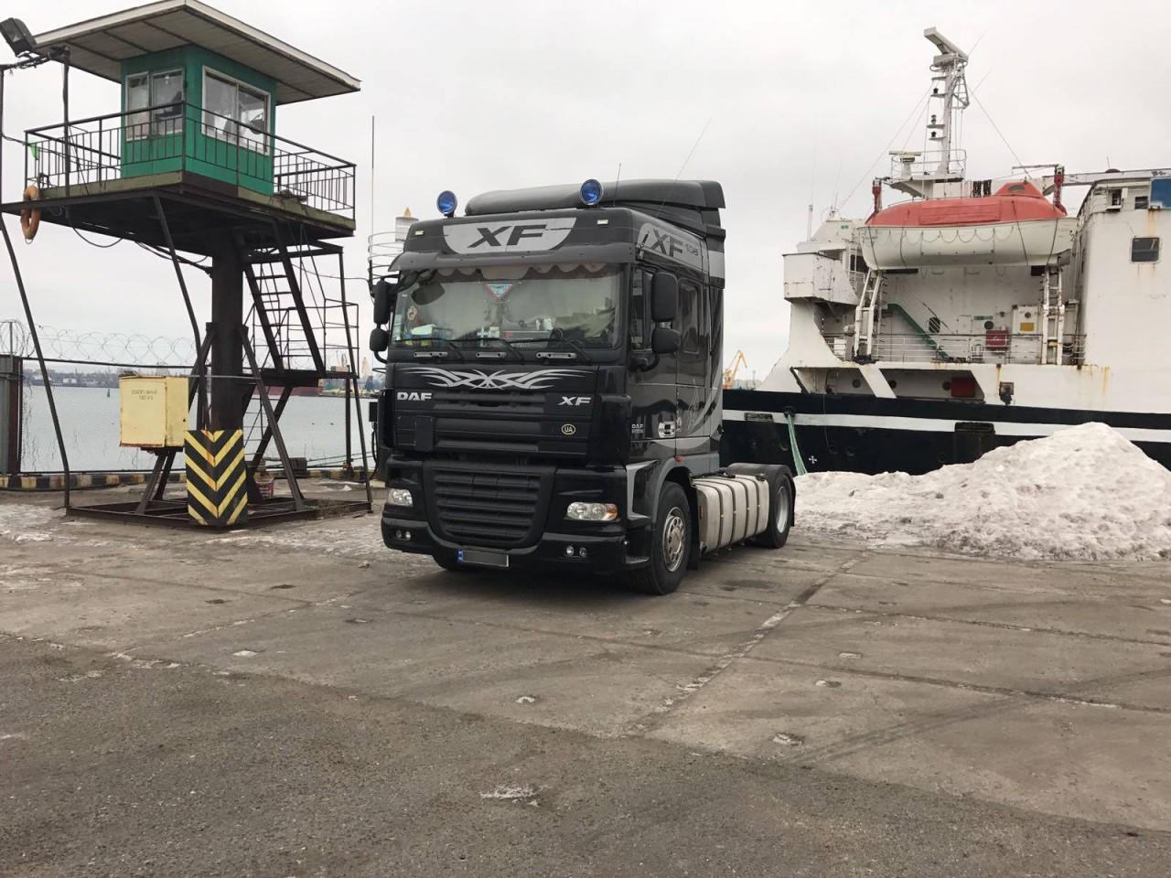 Впорту Черноморска обнаружили контрабанду сигарет вдвойном днище грузового автомобиля
