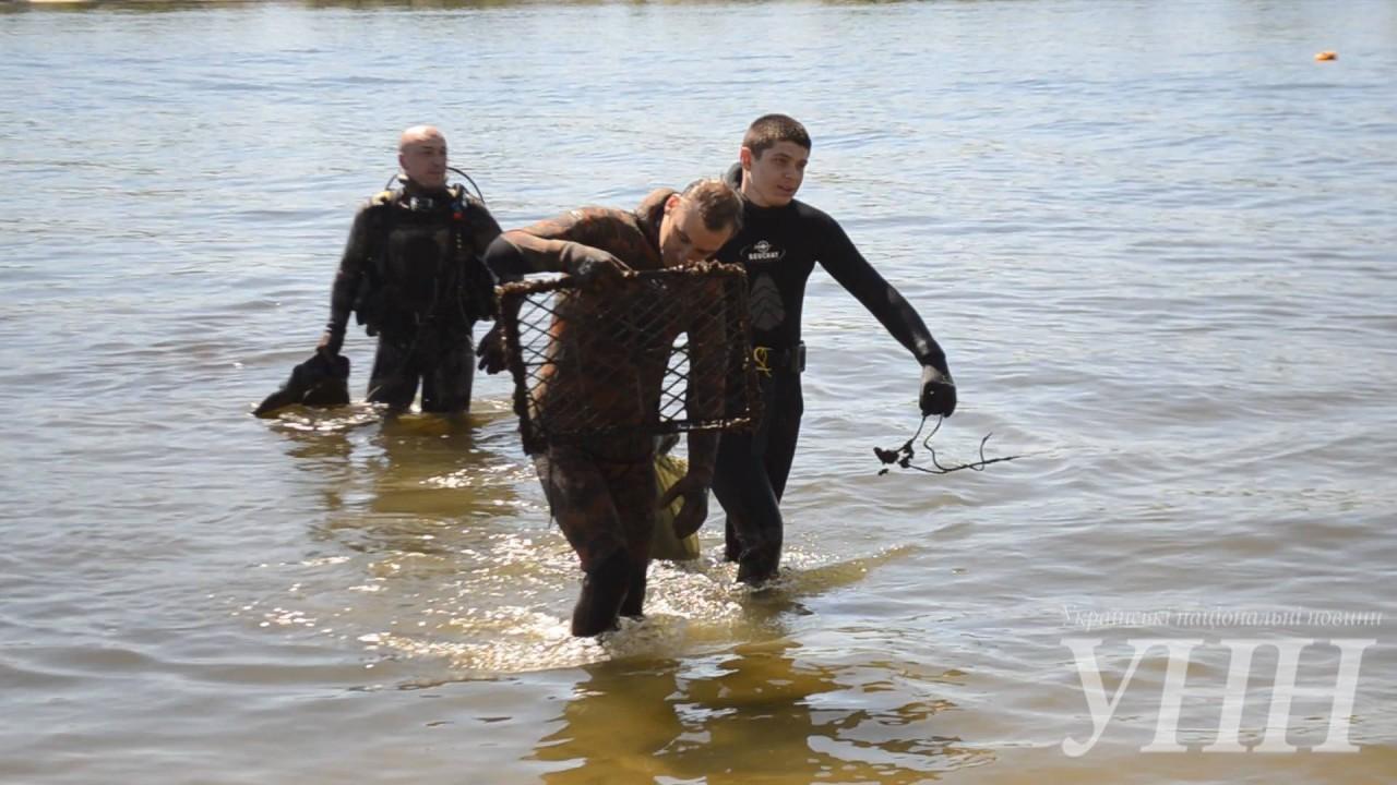 В Херсоні дайвери провели акцію з прибирання акваторії Дніпра
