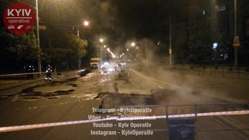 УКиєві наОболоні провалився асфальт, понад 25 будинків залишилися без води