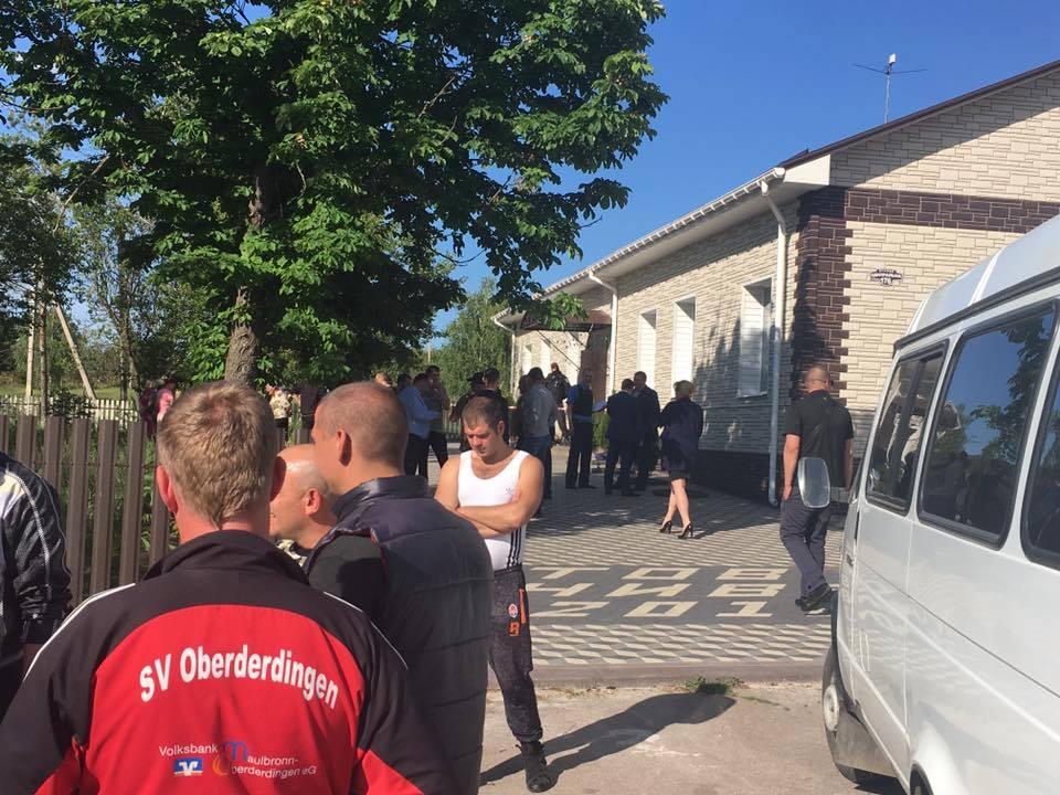 У Кіровоградській області люди вкамуфляжній формі влаштували стрілянину, є поранені