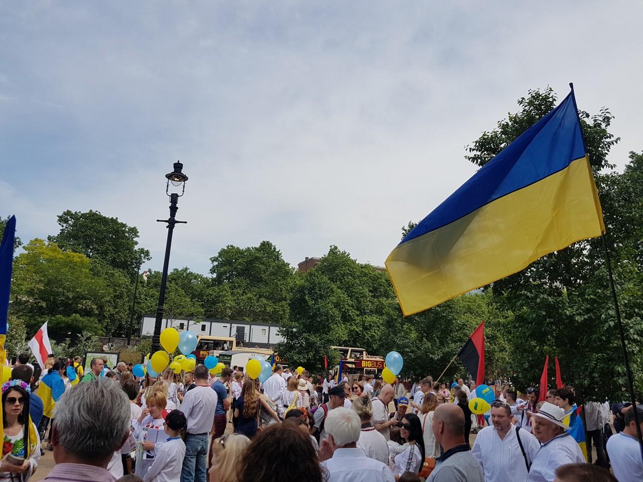Українці у Лондоні відзначили День вишиванки маршем – новини на УНН ... 4ce18a7a6e9e5