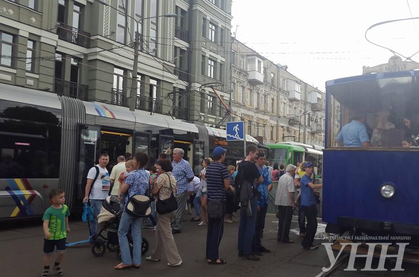 УКиєві відбувається урочистий парад трамваїв