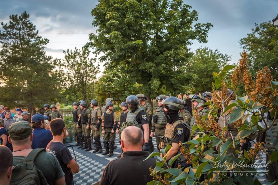 Рейдерське захоплення: поліція побила тазатримала ветеранів АТО