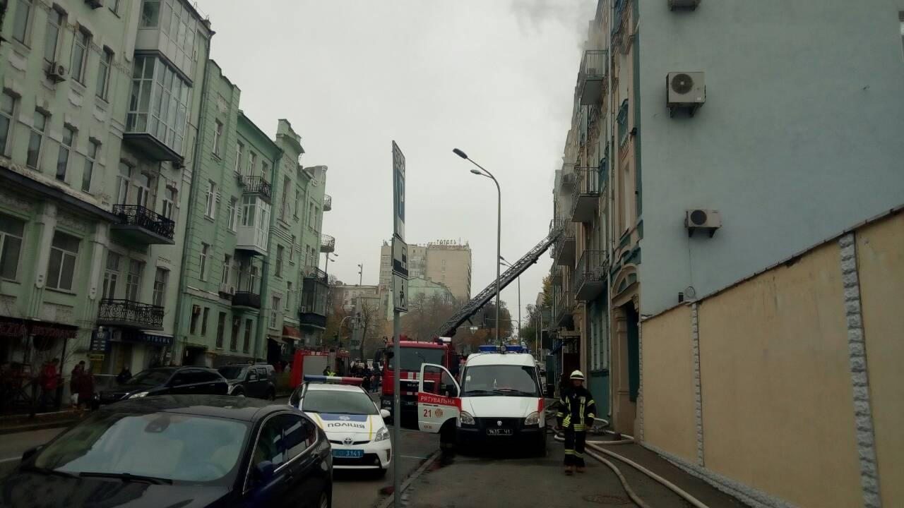 Уцентрі Києва горить 4-поверхова будівля— ДСНС