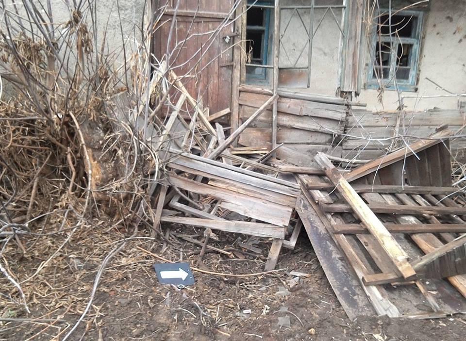 Бойовики ЛНР обстріляли житлові будинки вТрьохізбенці: опубліковано фото наслідків