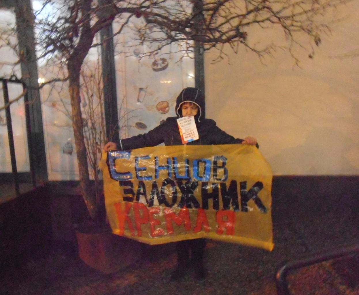 УРосії люди вийшли навулиці зпрапорами України: поліція змовчала
