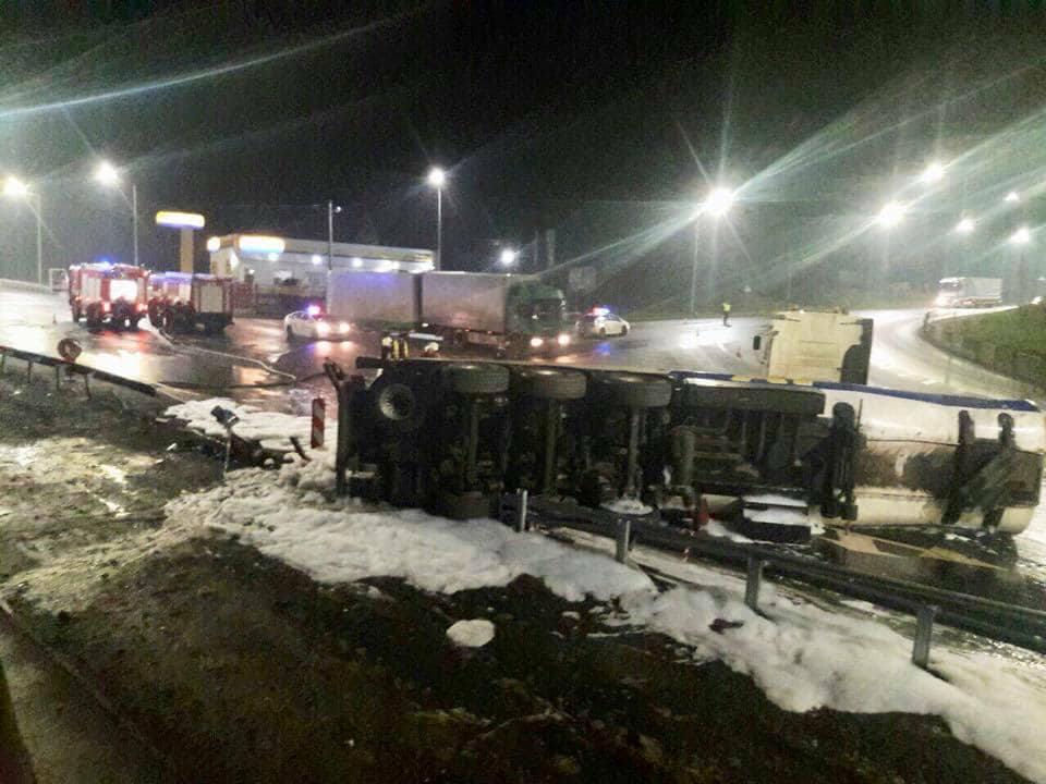 Натрассе Киев-Чоп перевернулся бензовоз, дорога залита горючим