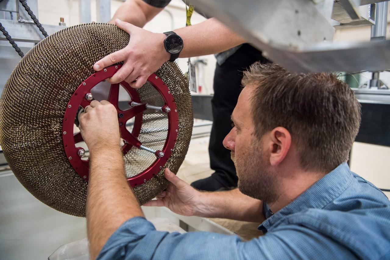 Інженери NASA розробили нові колеса для марсоходів