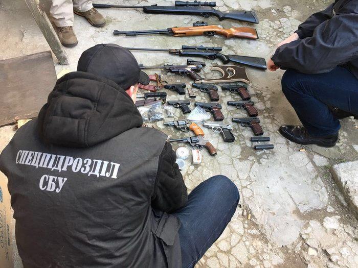 Мешканець Одещини продавав в Інтернеті зброю табоєприпаси