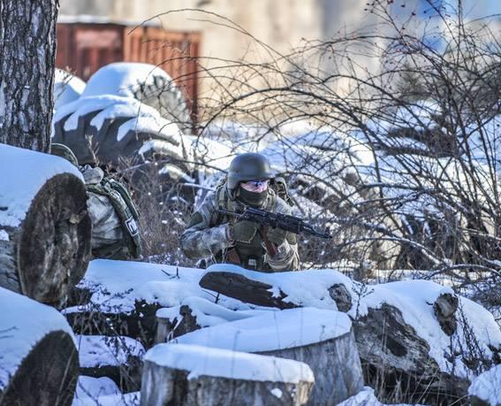 Стрілянина, барикади і штурм: поліцейські провели масштабні навчання на Житомирщині - фото 10