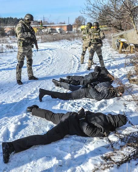 Стрілянина, барикади і штурм: поліцейські провели масштабні навчання на Житомирщині - фото 4