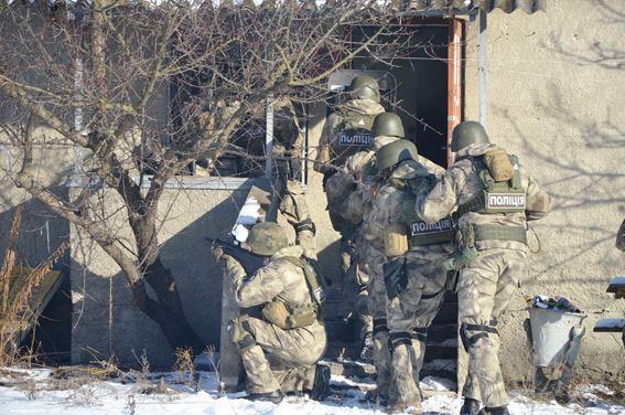 Стрілянина, барикади і штурм: поліцейські провели масштабні навчання на Житомирщині - фото 2
