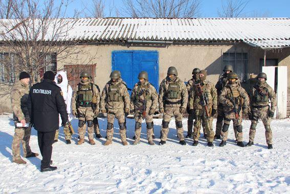 Стрілянина, барикади і штурм: поліцейські провели масштабні навчання на Житомирщині - фото 6