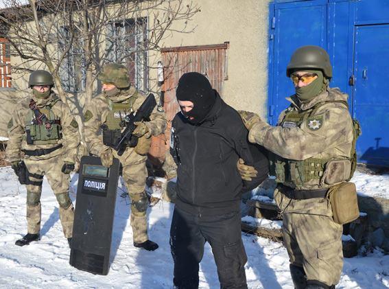 Стрілянина, барикади і штурм: поліцейські провели масштабні навчання на Житомирщині - фото 3
