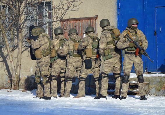 Стрілянина, барикади і штурм: поліцейські провели масштабні навчання на Житомирщині - фото 13
