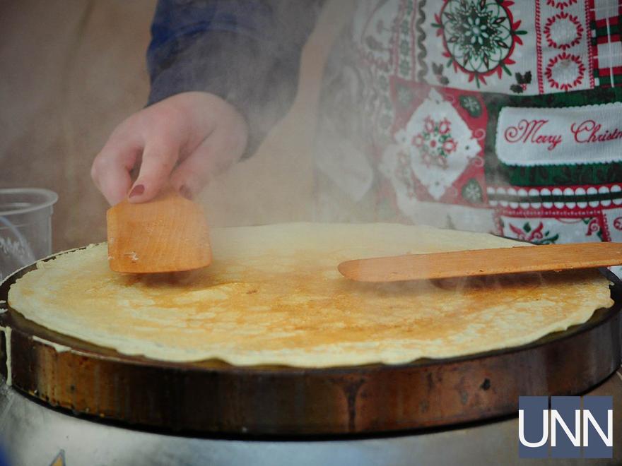 Масляна на Закарпатті: фестиваль млинців, бійки солом′яними мішками та стовп із подарунками - фото 10