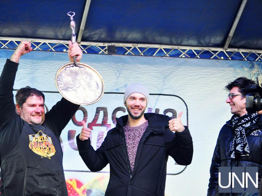 Масляна на Закарпатті: фестиваль млинців, бійки солом′яними мішками та стовп із подарунками - фото 12