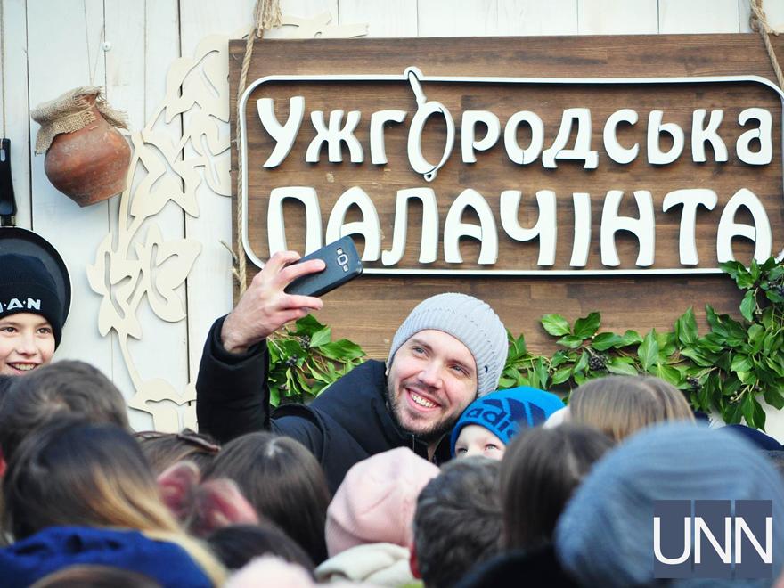 Масляна на Закарпатті: фестиваль млинців, бійки солом′яними мішками та стовп із подарунками - фото 13