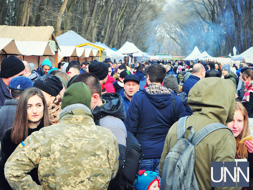 Масляна на Закарпатті: фестиваль млинців, бійки солом′яними мішками та стовп із подарунками - фото 11