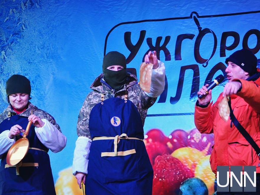 Масляна на Закарпатті: фестиваль млинців, бійки солом′яними мішками та стовп із подарунками - фото 8