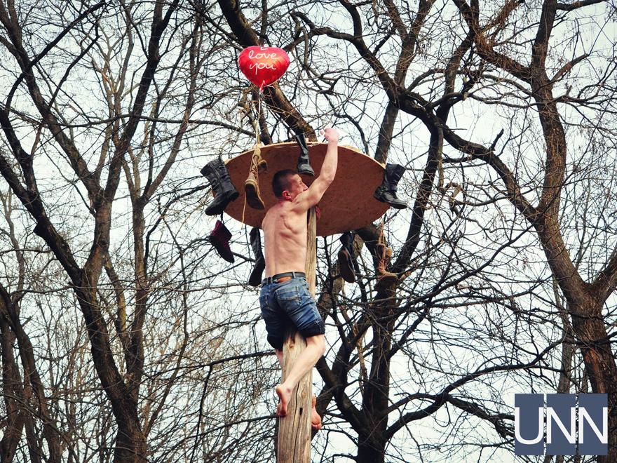 Масляна на Закарпатті: фестиваль млинців, бійки солом′яними мішками та стовп із подарунками - фото 14