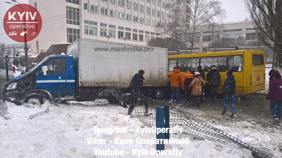 Масштабна ДТП уКиєві: перекрито рух швидкісних трамваїв і авто