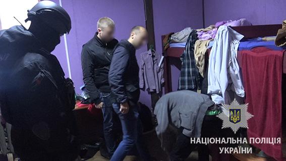... У Києві поліція під час рейду затримала 32 нелегальних мігрантів із Азії  - фото 2 ... 54bba321e590a