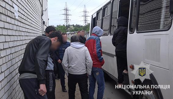 ... У Києві поліція під час рейду затримала 32 нелегальних мігрантів із Азії  - фото 6 54604cd8b903d