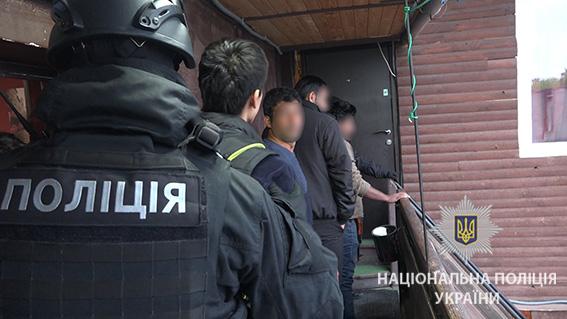 ... У Києві поліція під час рейду затримала 32 нелегальних мігрантів із Азії  - фото 3 ... 088427b0142d4