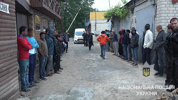 ... У Києві поліція під час рейду затримала 32 нелегальних мігрантів із Азії  - фото 4 ... d4ffde75db7dc