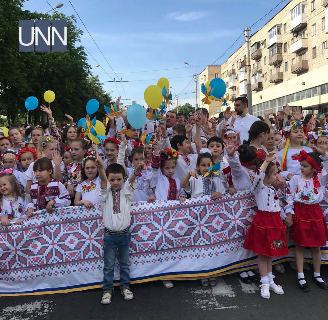 ... Тисячі людей одягнули вишиванки у прифронтовому Маріуполі - фото 1 ... 2a183cd345131