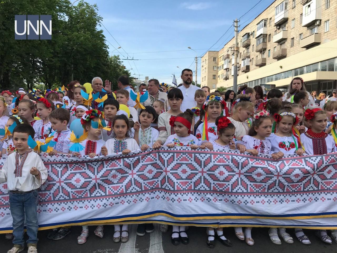... Тисячі людей одягнули вишиванки у прифронтовому Маріуполі - фото 14 ... af0fe3037f4d1